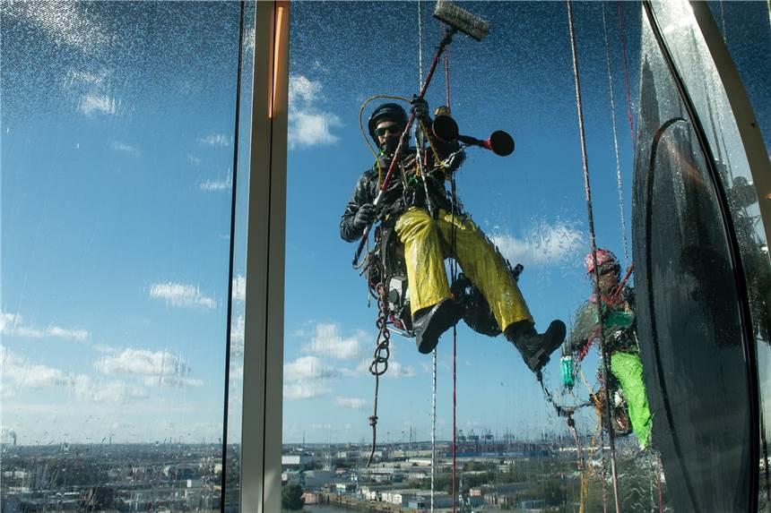 Kletterausrüstung Hamburg : Mit seil und saugnapf: sie tragen einen helm eine kletterausrüstung