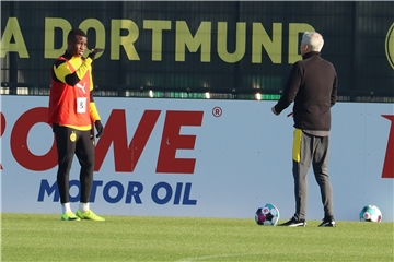 Im Video: So arbeitet BVB-Trainer Favre mit Youngster Moukoko