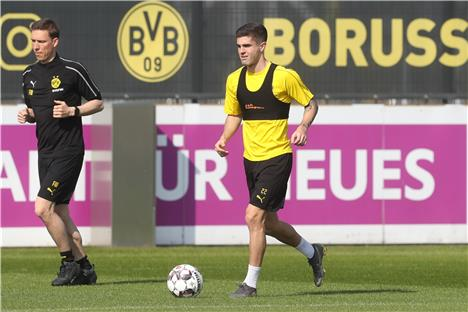 bvb training in brackel am 16 april. Black Bedroom Furniture Sets. Home Design Ideas