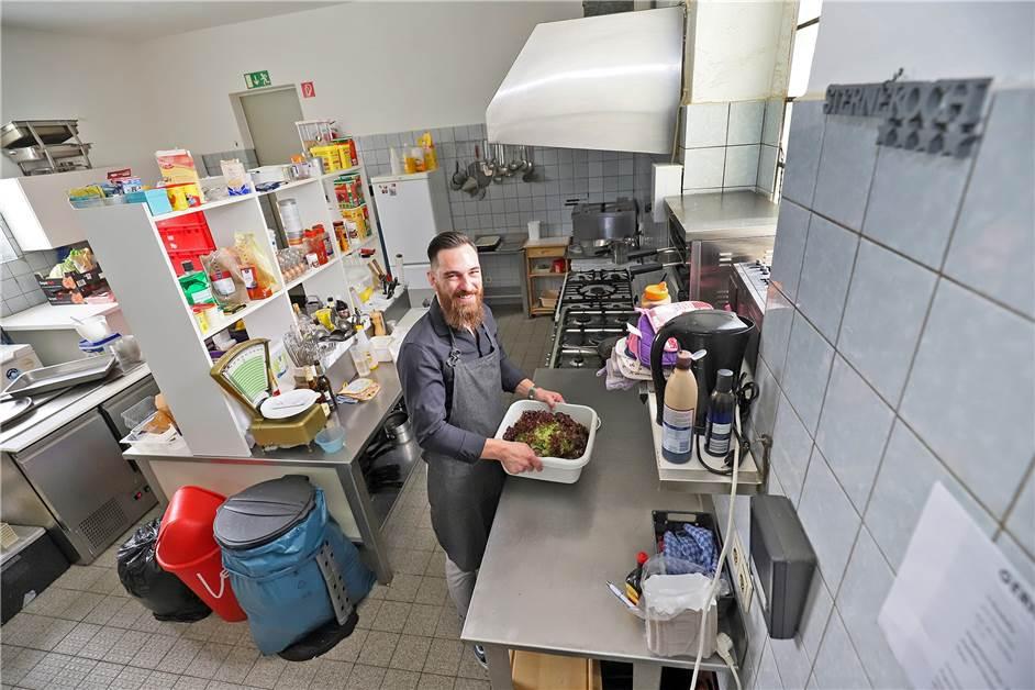In der Küche auf der Arbeitsplatte gefickt