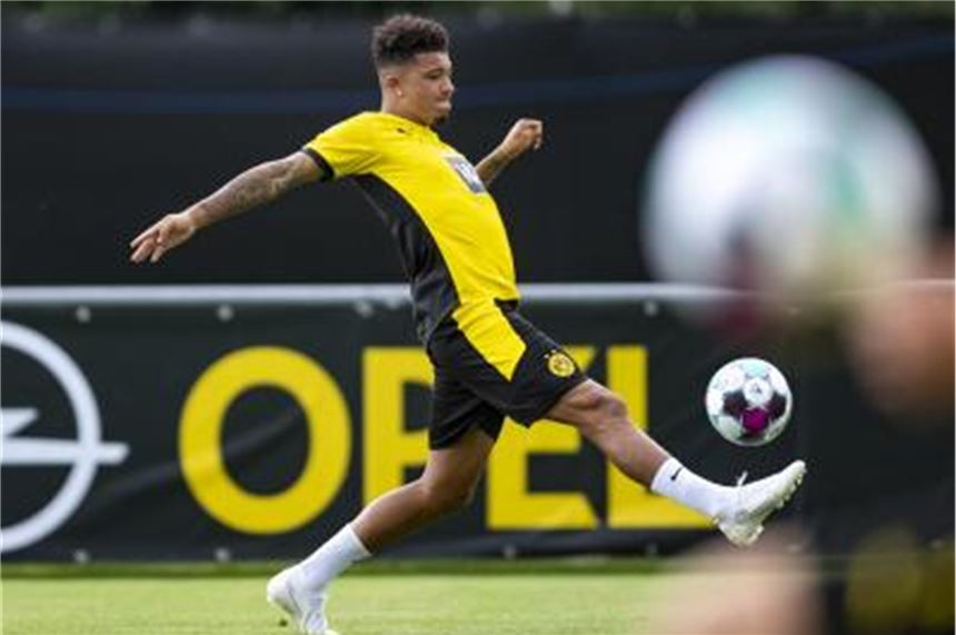 Jadon Sancho stoppt einen Ball. Foto: David Inderlied/dpa/Archivbild